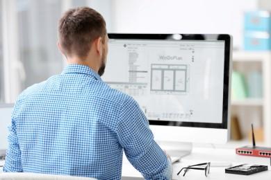 Man is using PC to plan windows digitally with WinDoPlan